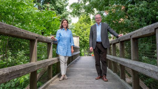 LH-Stv. Stephan Pernkopf und Nationalparkdirektorin Edith Klauser im Sommer 2020 im schlossORTH Nationalpark-Zentrum.